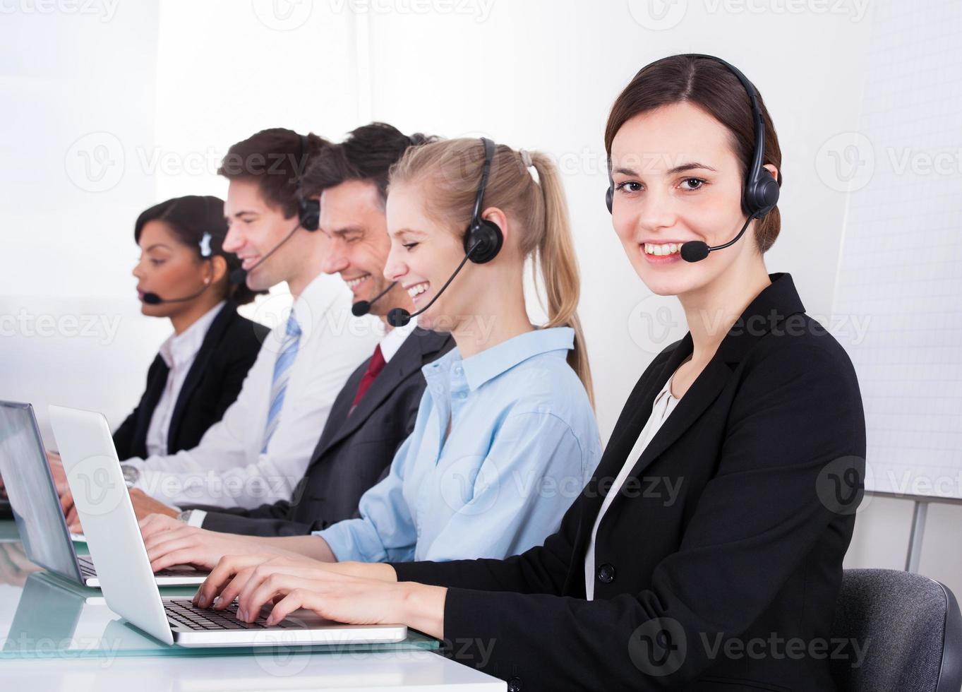 feliz trabalhador de telefone feminino foto