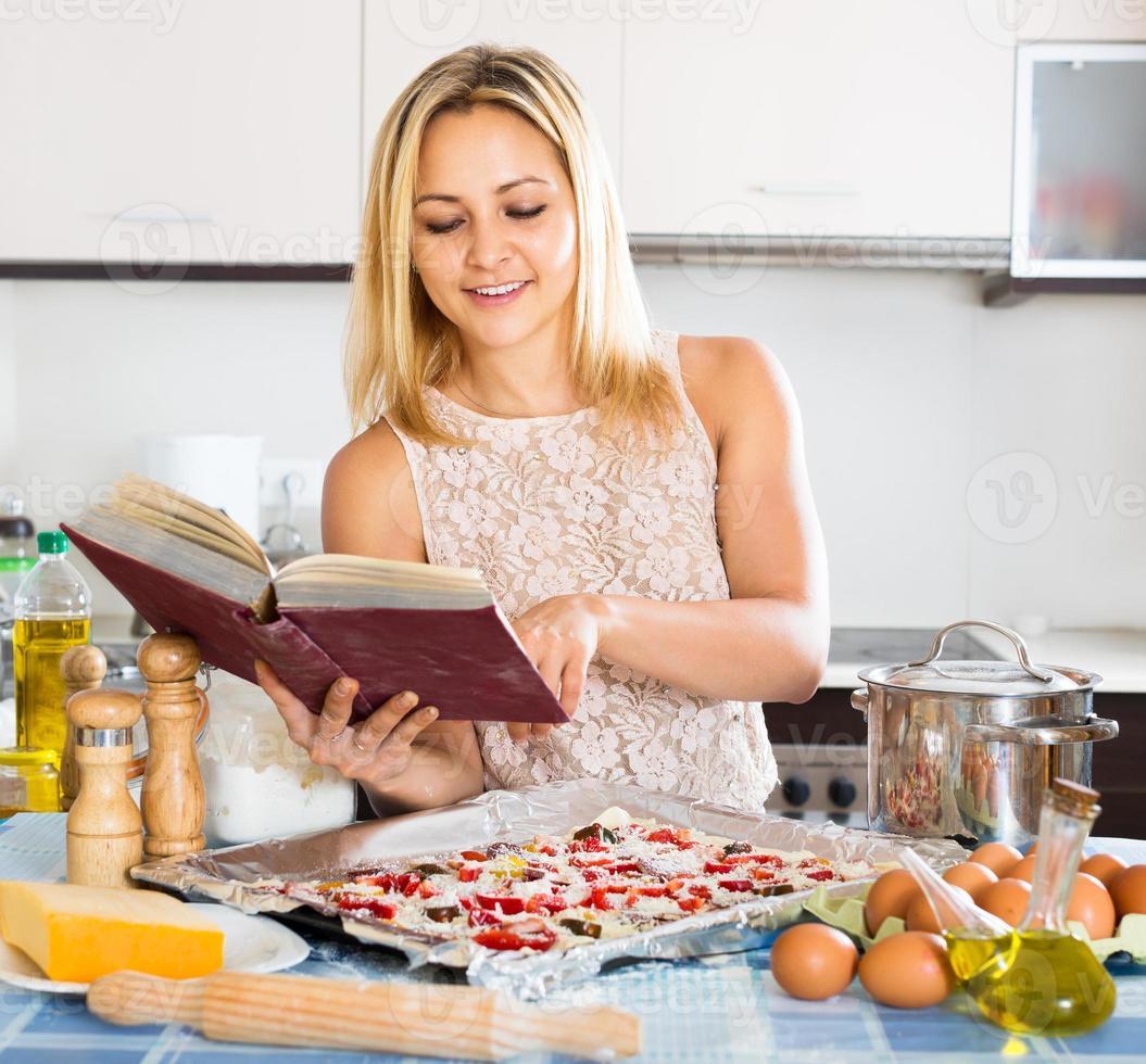 mujer haciendo pizza italiana foto