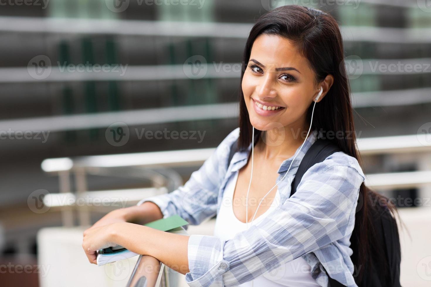 estudante universitário feminino no campus foto