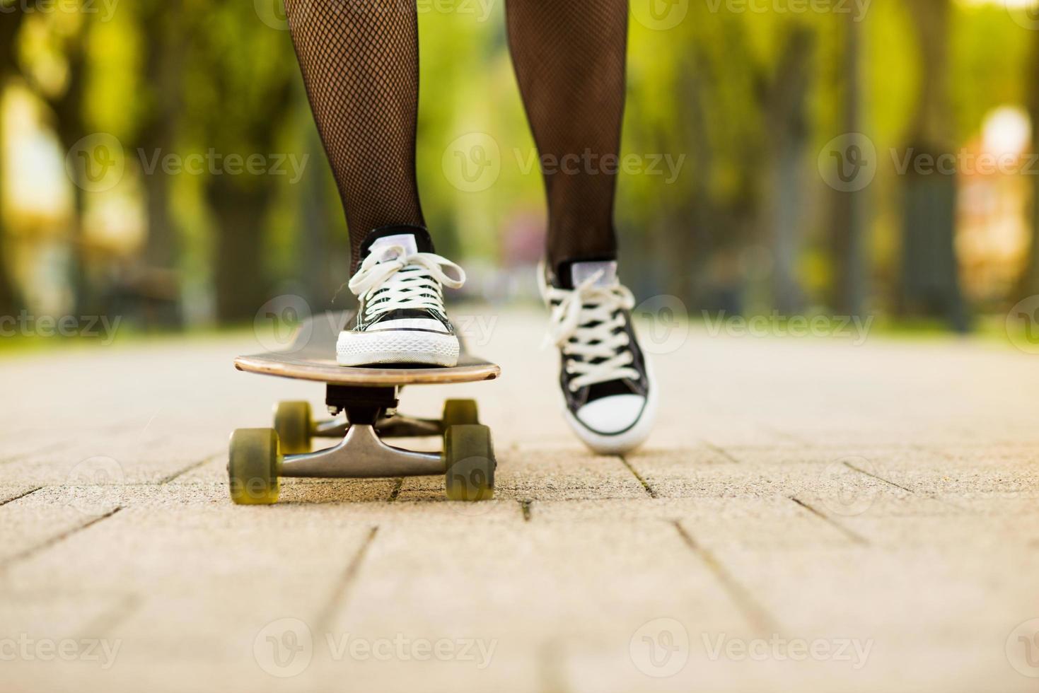 pés femininos no skate foto