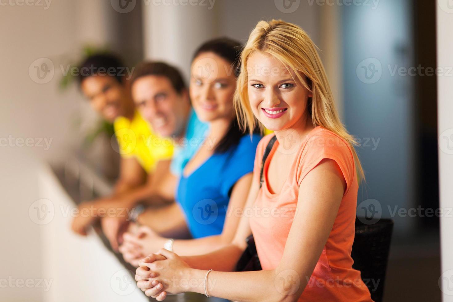 estudiante universitaria con amigos foto