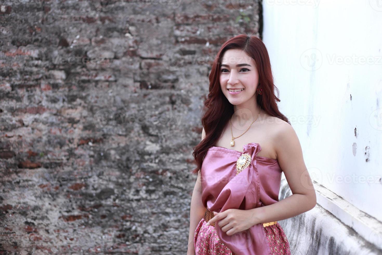 fêmea em trajes tradicionais tailandeses foto