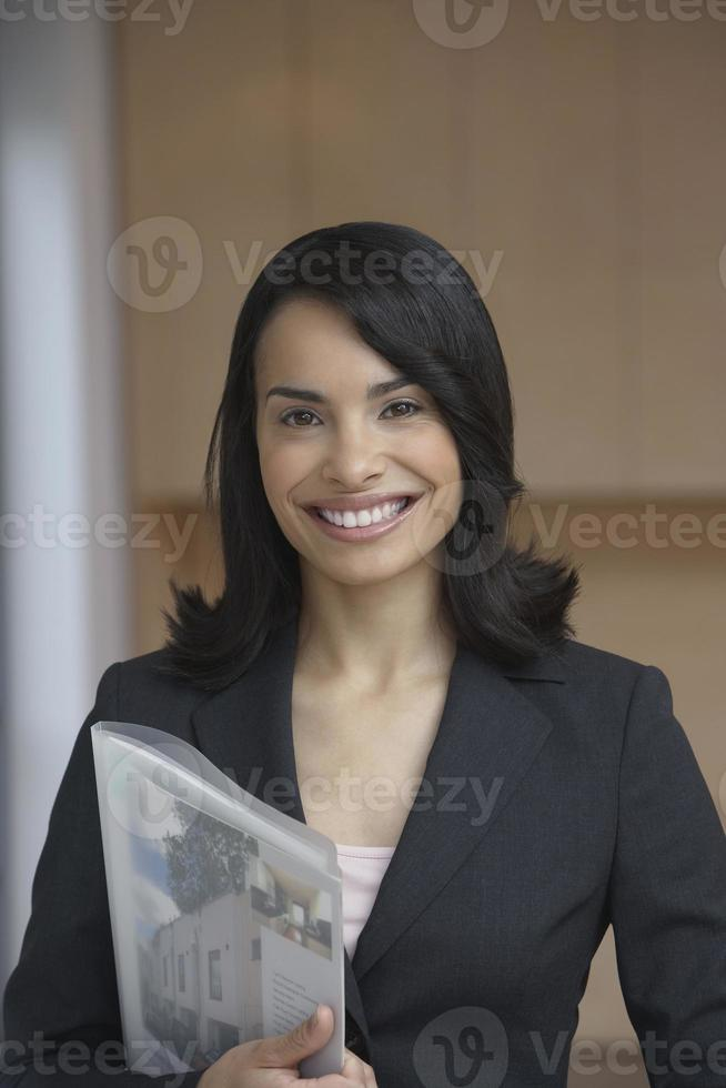 agente inmobiliario femenino confidente sonriendo foto