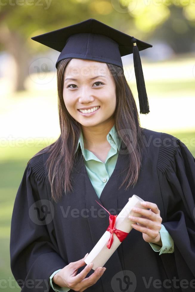 Estudiante femenino que asiste a la ceremonia de graduación foto
