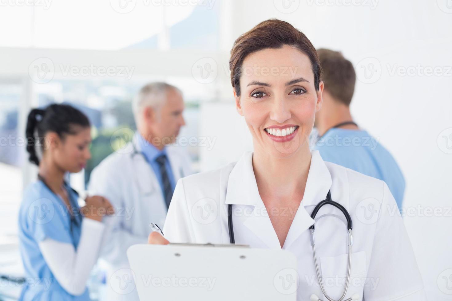 médica confiante segurando a área de transferência foto