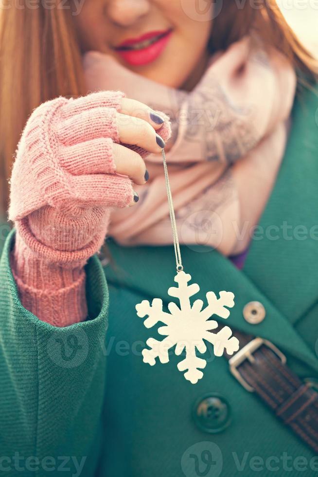 joven hembra con decoración de copo de nieve foto