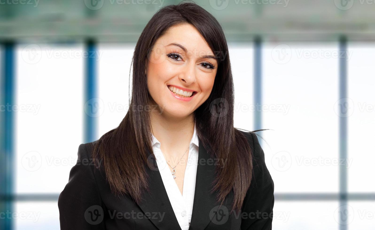 joven gerente femenina en la oficina foto