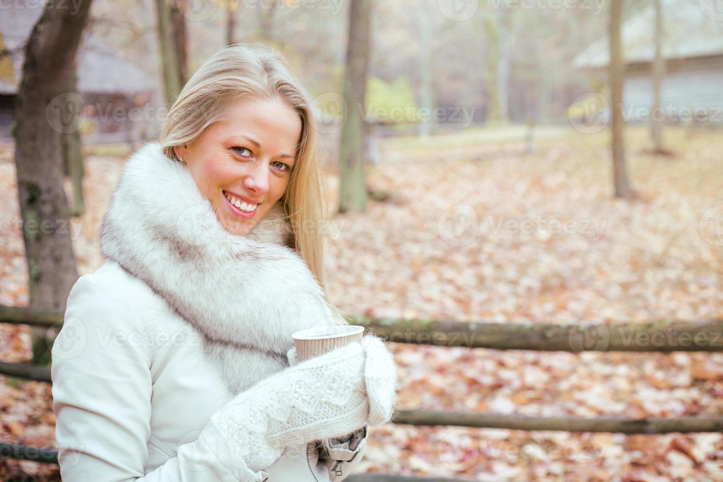 vrouw met handschoenen met koffiekopje foto