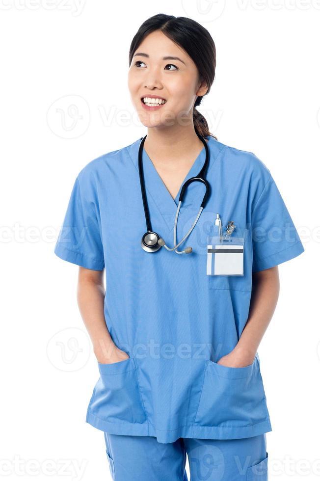 femme médecin en uniforme à la recherche de suite photo