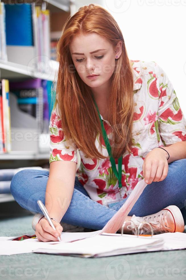 étudiante étudiante en bibliothèque photo