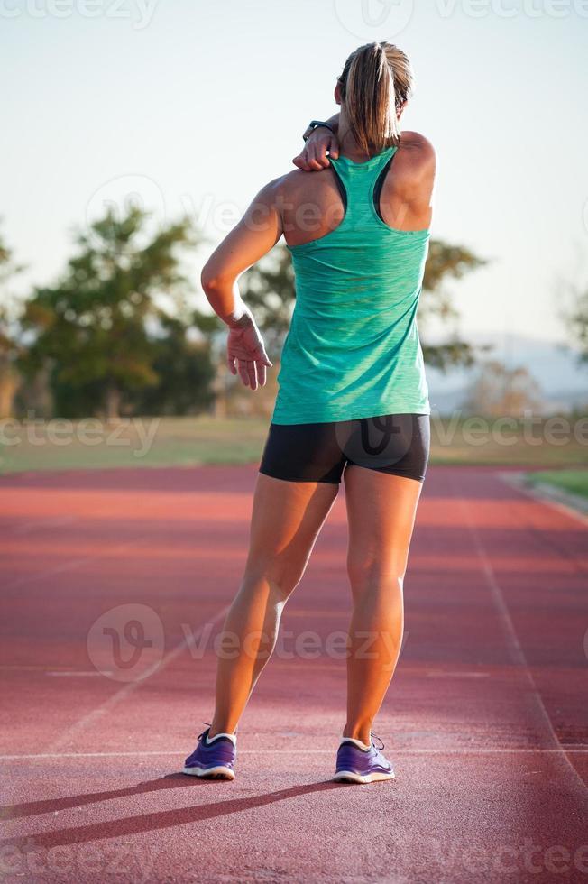 corredor femenino en una pista de atletismo foto