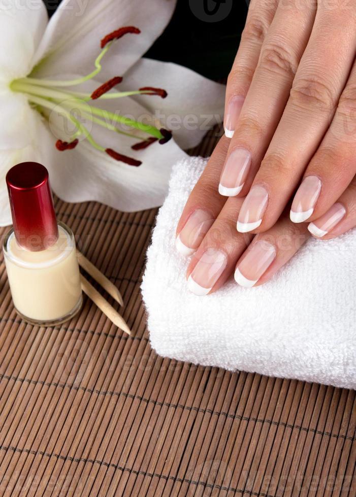 mãos macias femininas com bela manicure francesa foto