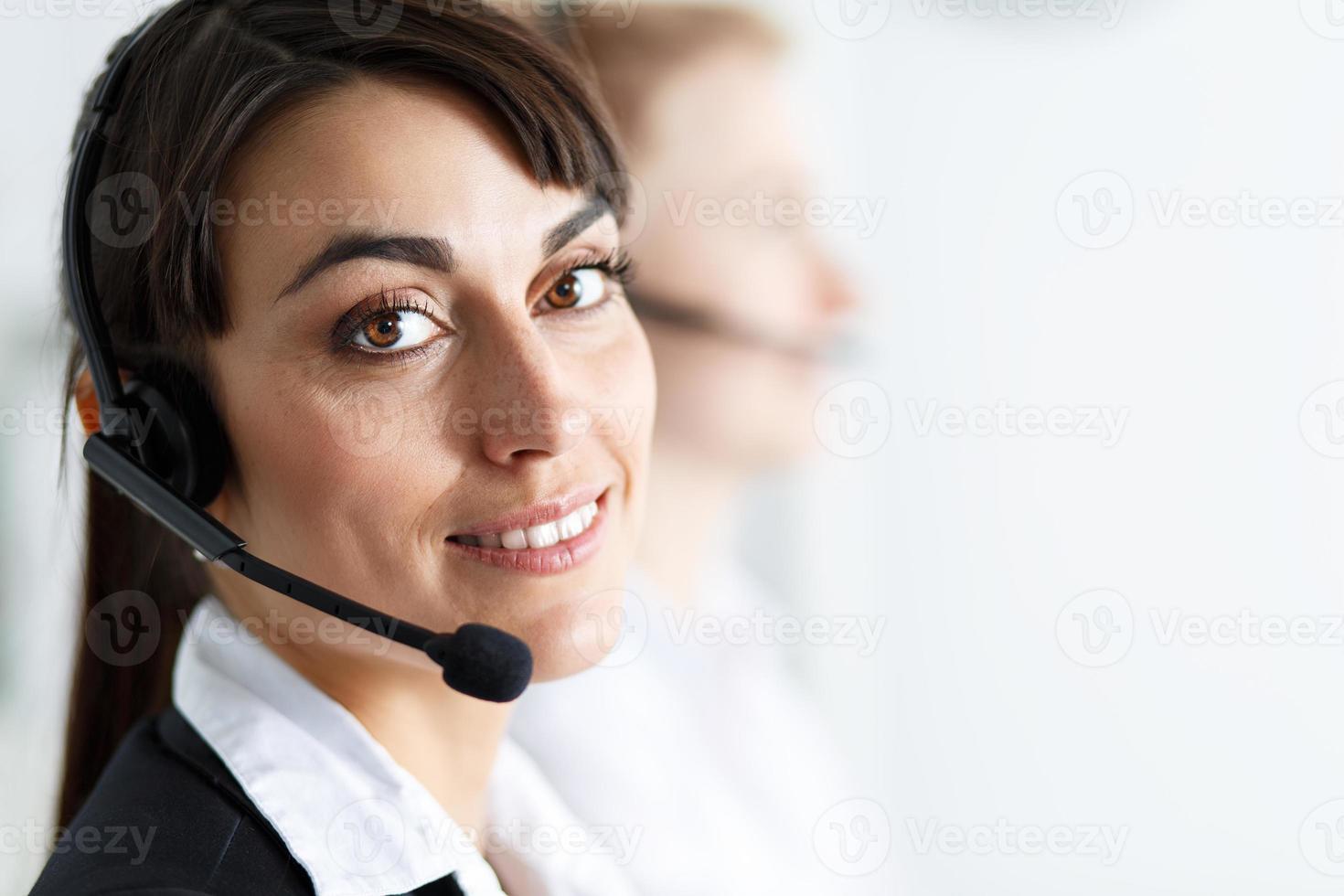 Opératrice de service de centre d'appels au travail photo