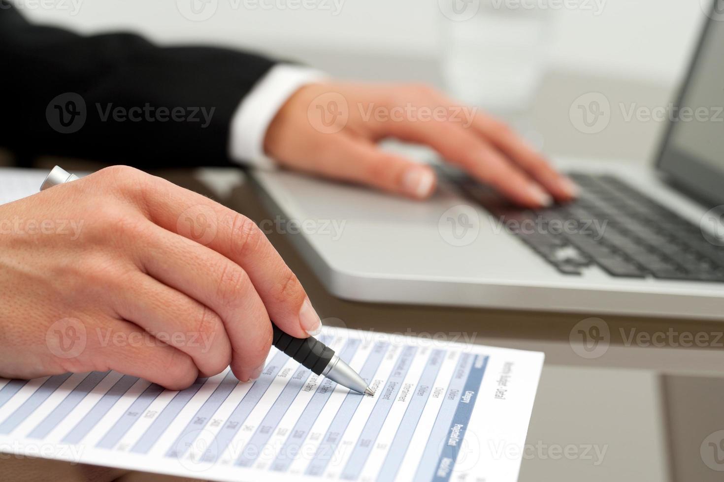 extremo close-up de mãos femininas trabalhando. foto