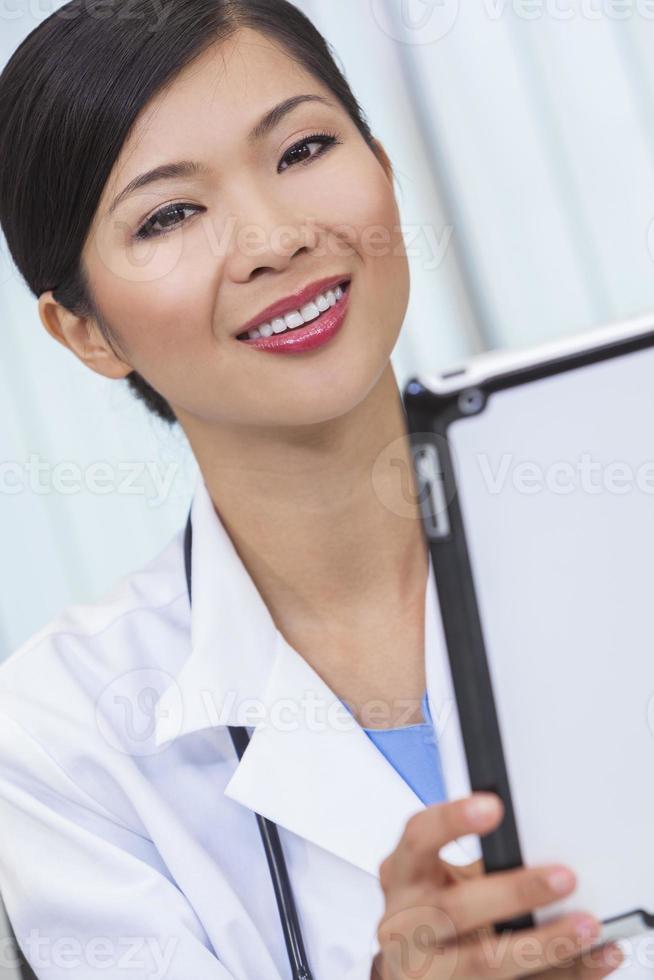 médico do hospital mulher chinesa feminina usando computador tablet foto