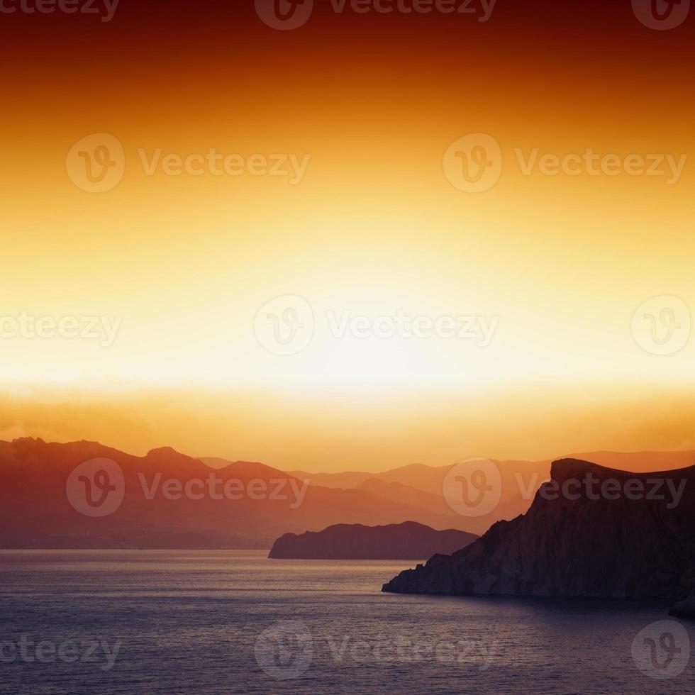 pôr do sol, montanhas, mar foto