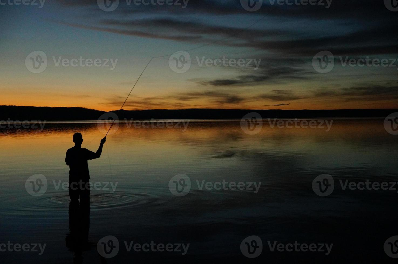 pesca con mosca al atardecer foto
