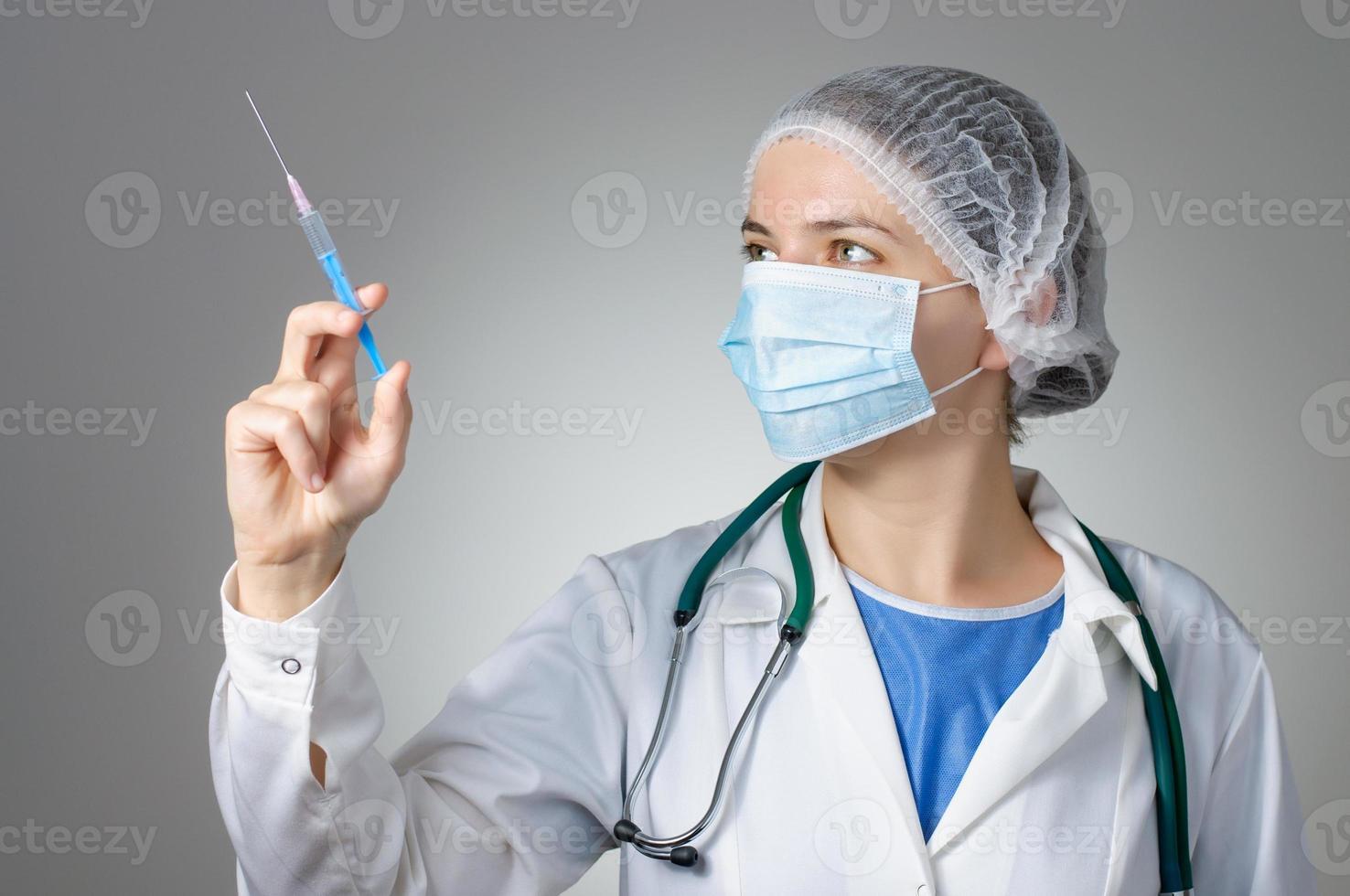 Doctora con jeringa foto