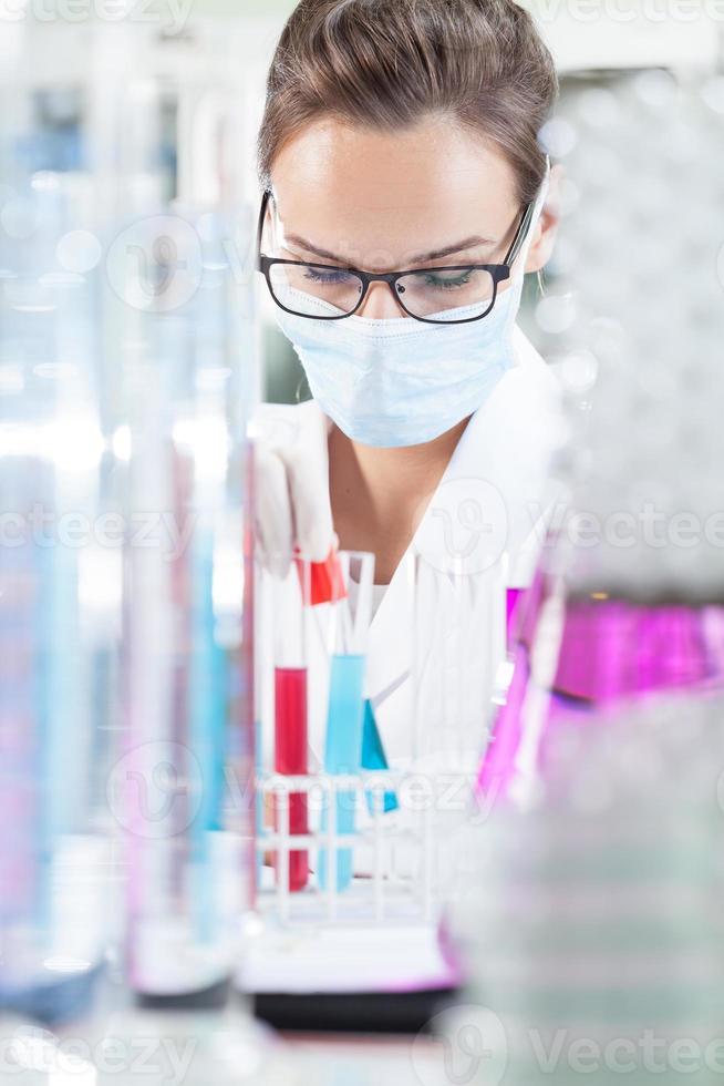 químico femenino haciendo experimento foto