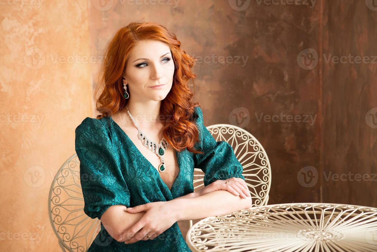 Mujer elegante en estilo retro sentado en la mesa. foto