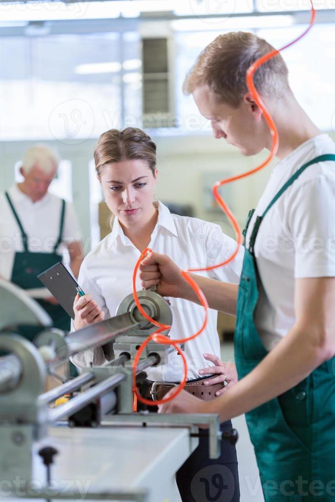 control de empleados en el centro de producción foto