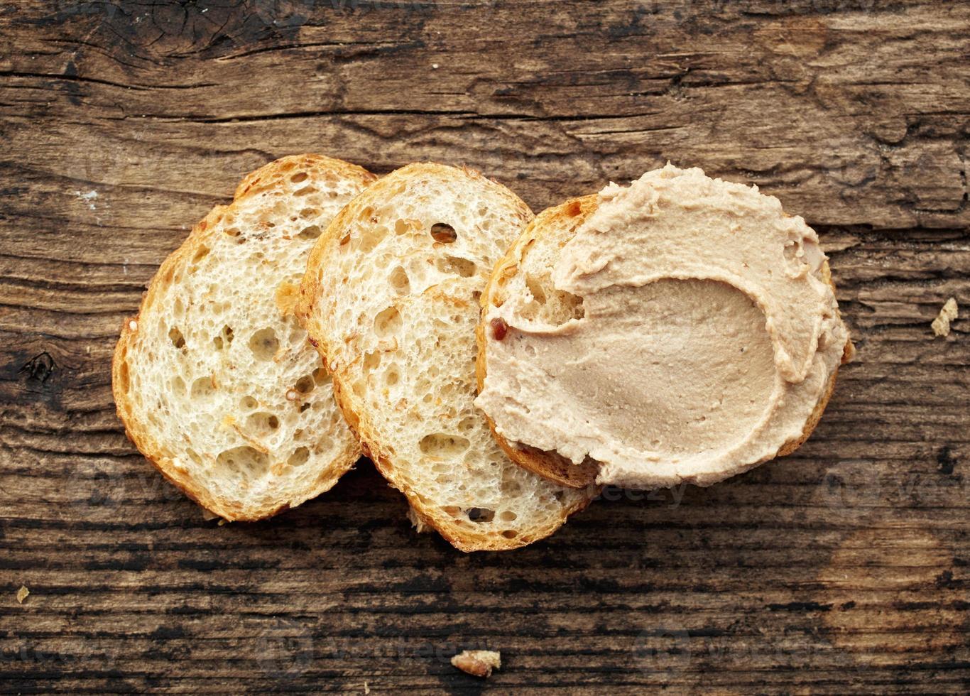pan con paté de hígado foto