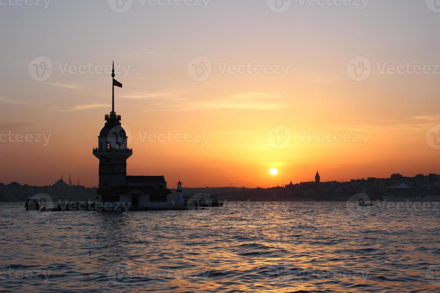 puesta de sol en la torre de la doncella foto