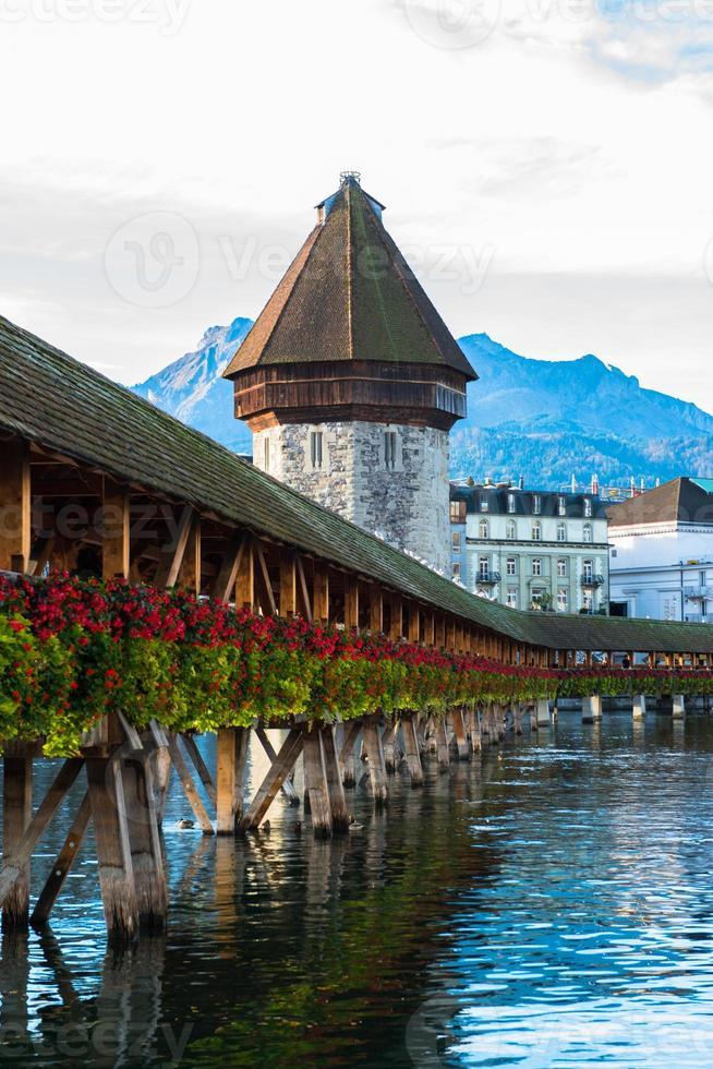 Puente de la capilla de madera y el casco antiguo de Lucerna, Suiza foto