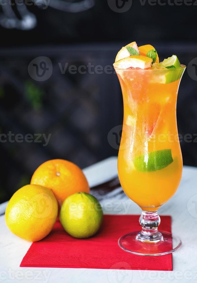 refrescante limonada con naranjas y menta en mesa de madera foto