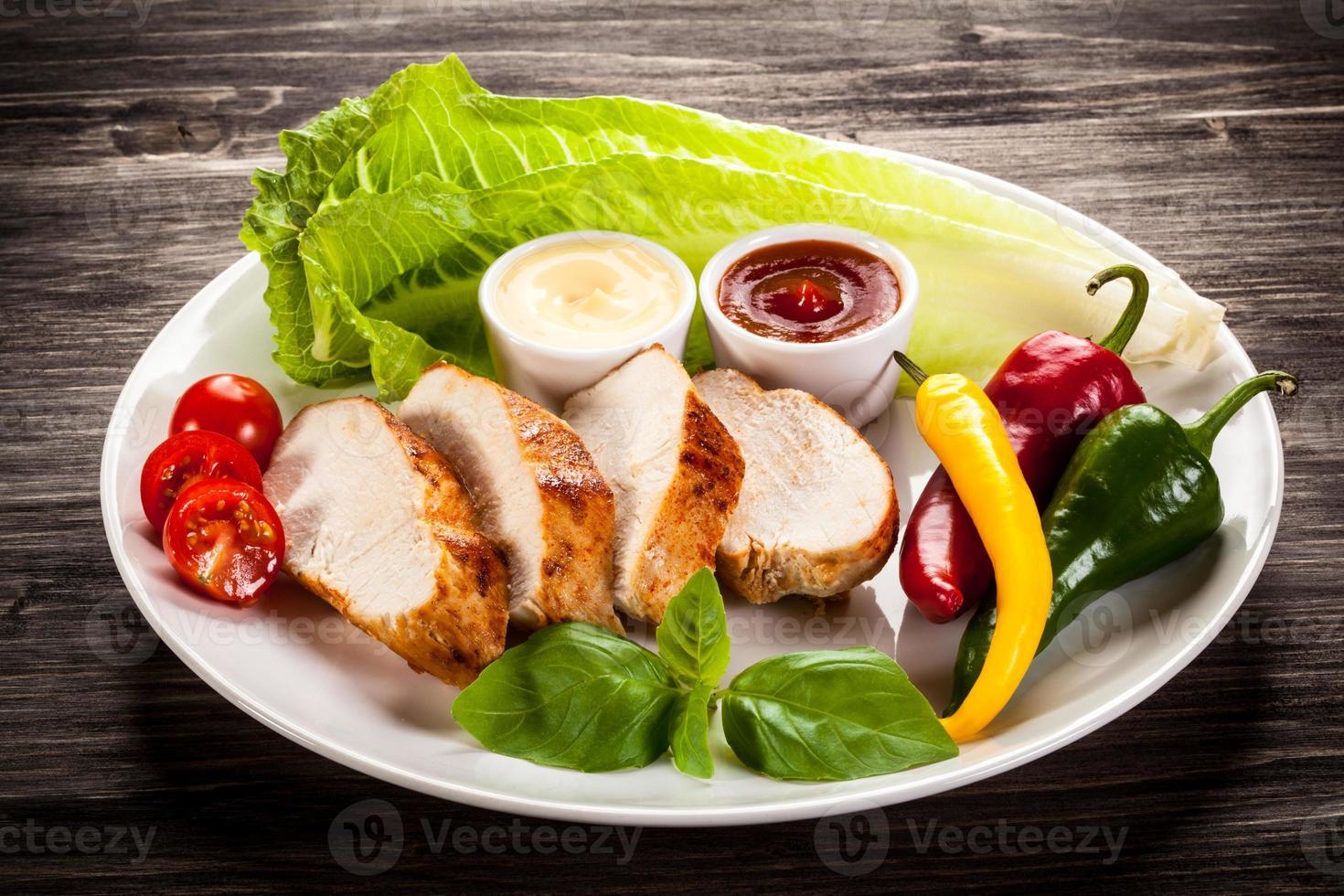 filetes de pollo asado y verduras foto