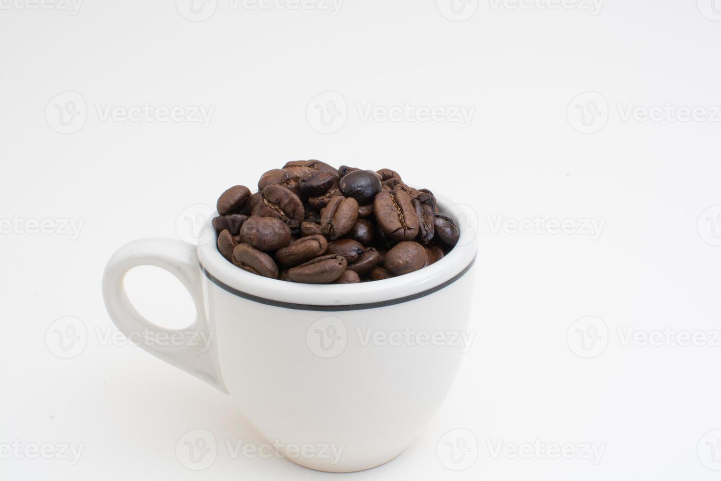 granos de espresso en taza foto