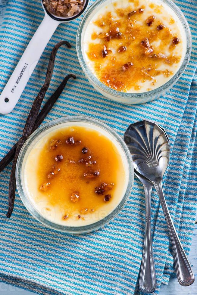 crema casera quemada con azúcar de caña y vainilla fresca foto