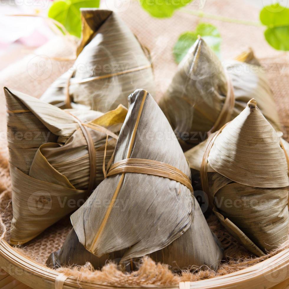 bola de masa de arroz o zongzi. foto