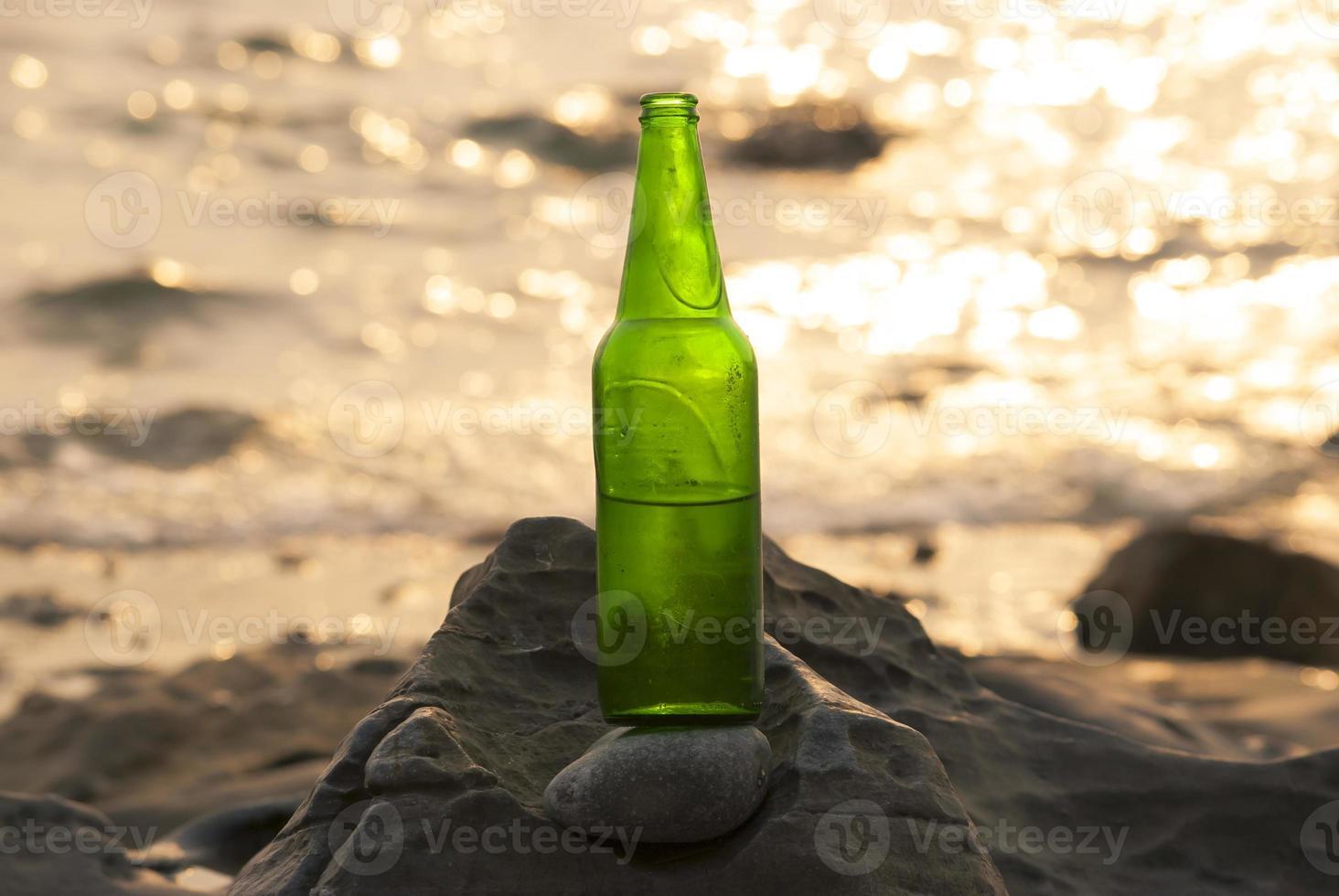 botellas de cerveza en las rocas foto