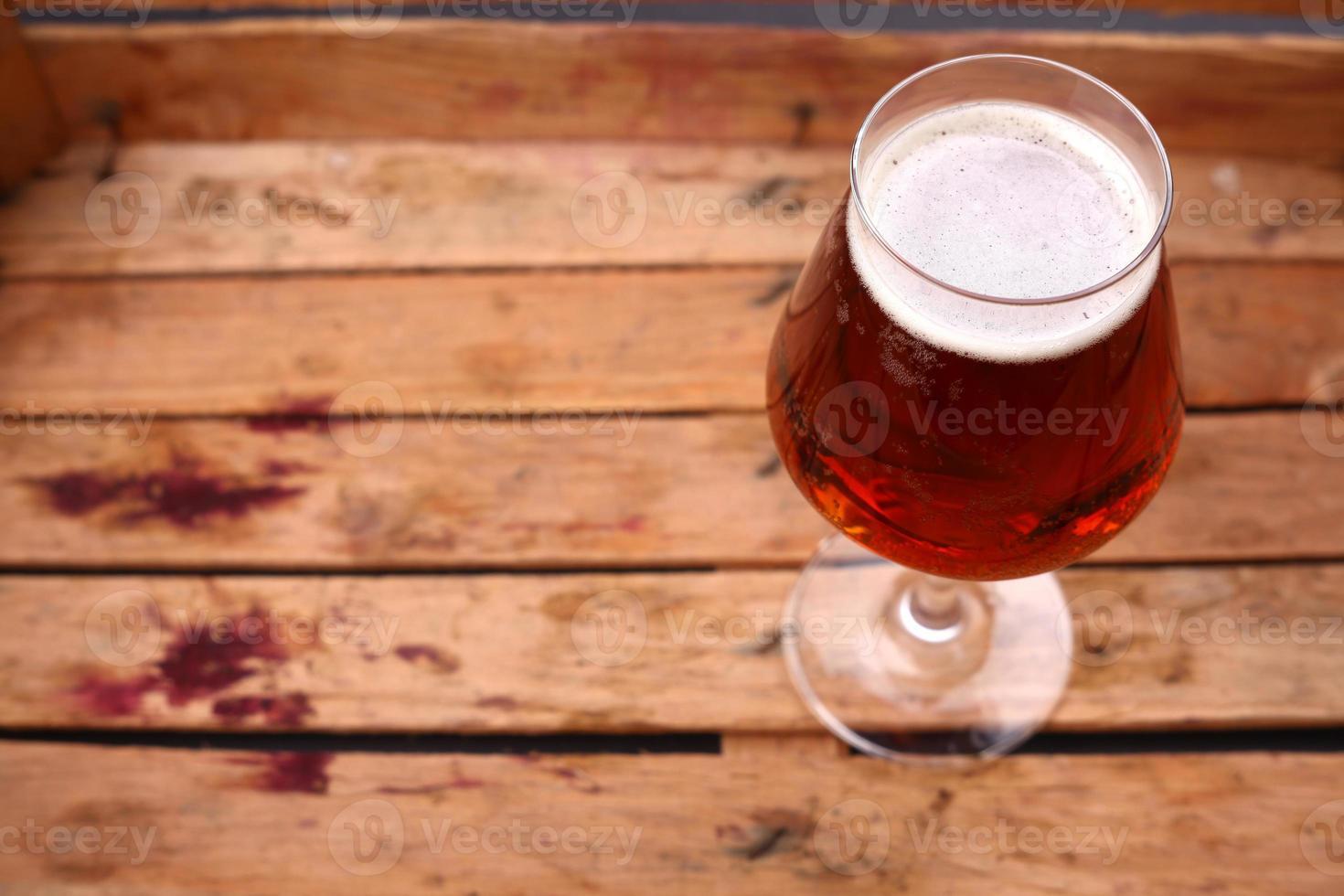 cerveza ambarina en una caja foto