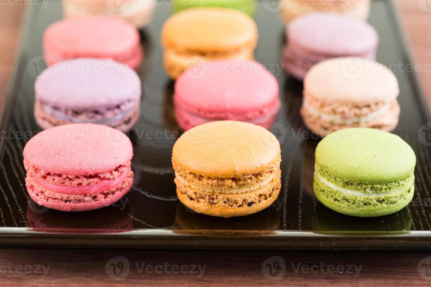 macarons de colores en una bandeja de laca foto