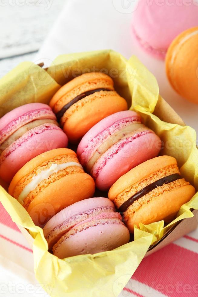 macarons franceses coloridos en caja foto