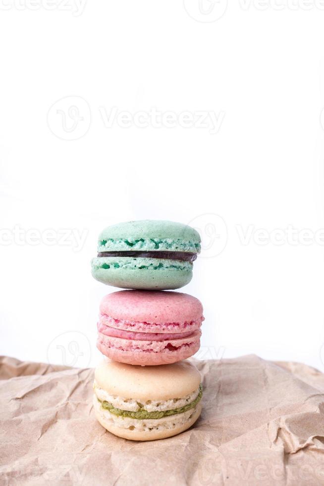 Coloridos macarons franceses sobre el fondo blanco. foto