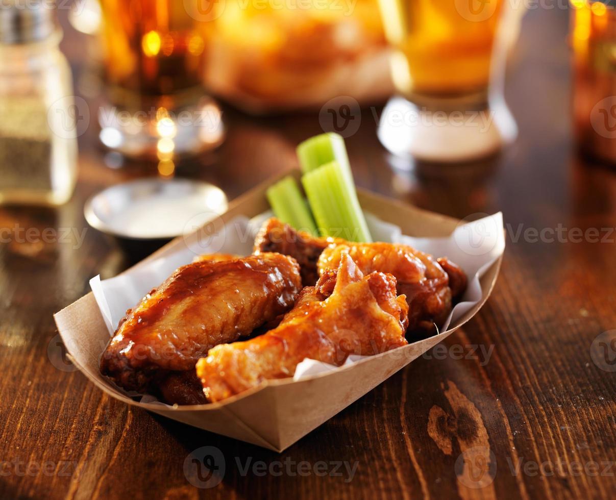 alitas de pollo a la barbacoa con apio y rancho foto