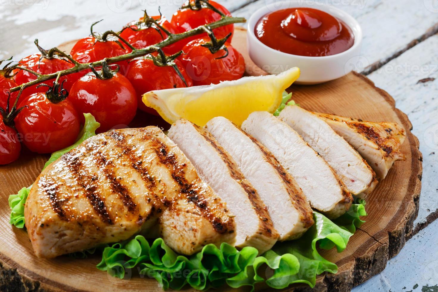 filete de pollo parrilla salsa de verduras foto