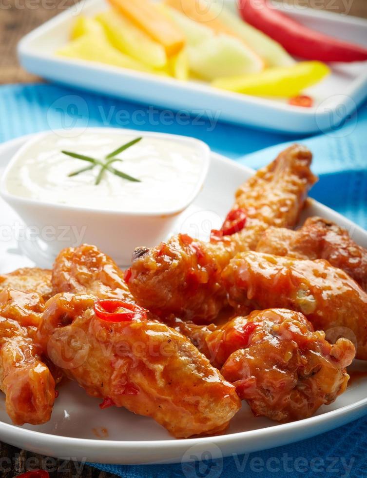 alitas de pollo fritas con salsa de chile dulce foto