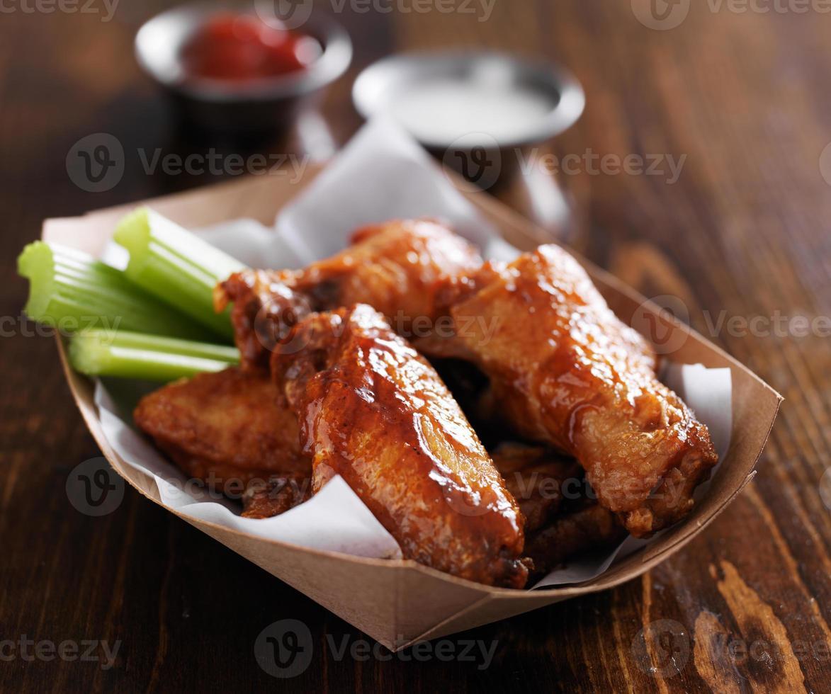 alitas de pollo a la barbacoa con salsas foto
