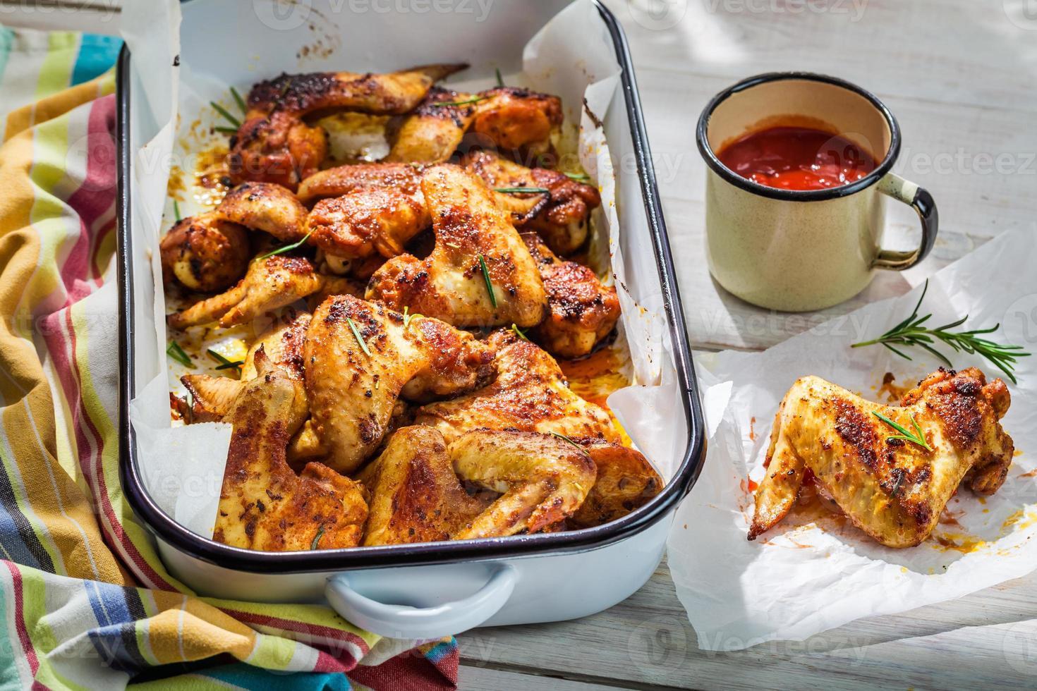alitas de pollo crujientes con hierbas y salsa foto