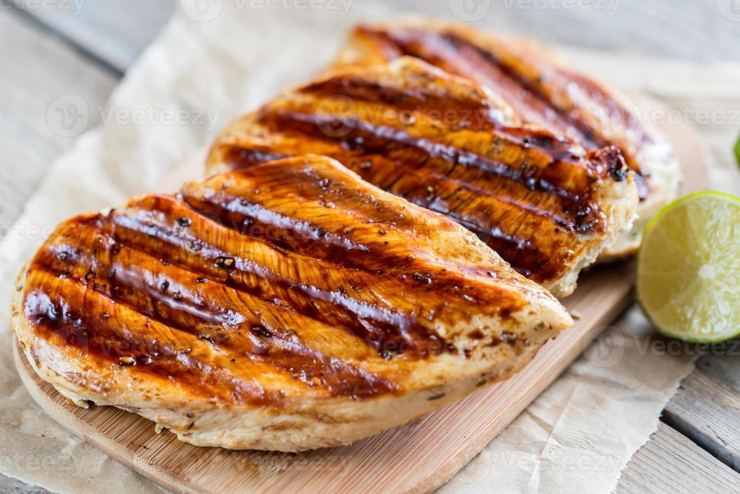 pechugas de pollo a la parrilla en salsa de lima foto