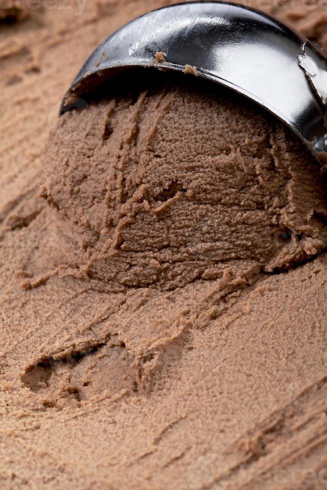helado cremoso de chocolate con una cuchara foto
