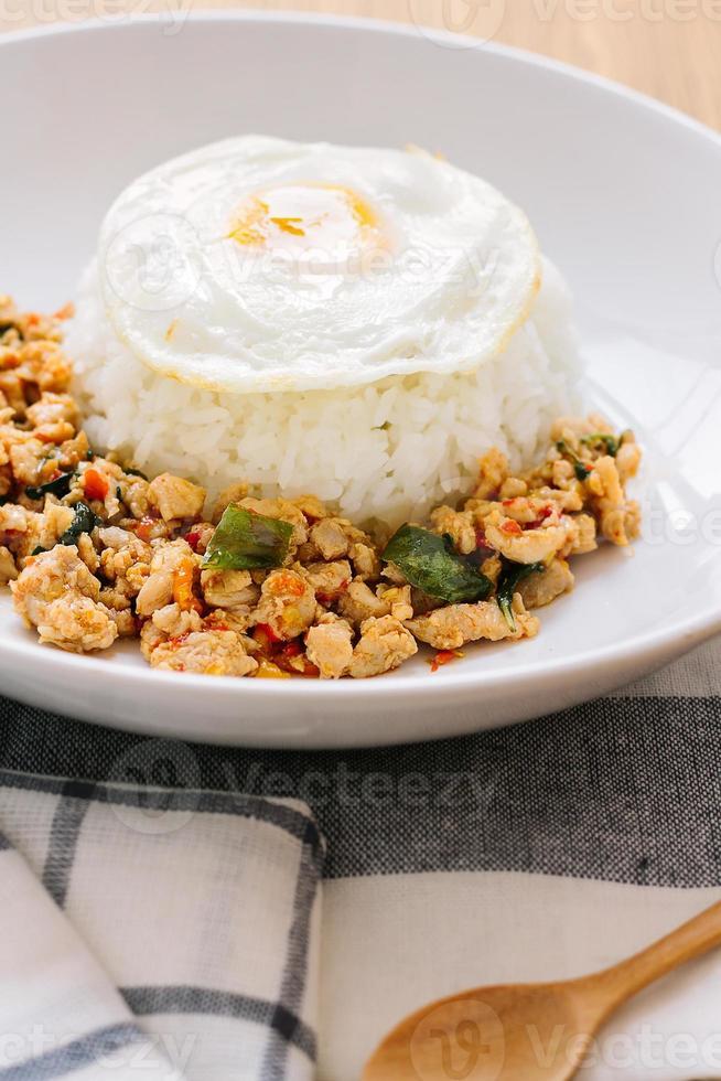 pollo a la albahaca salteado, huevo frito con arroz foto