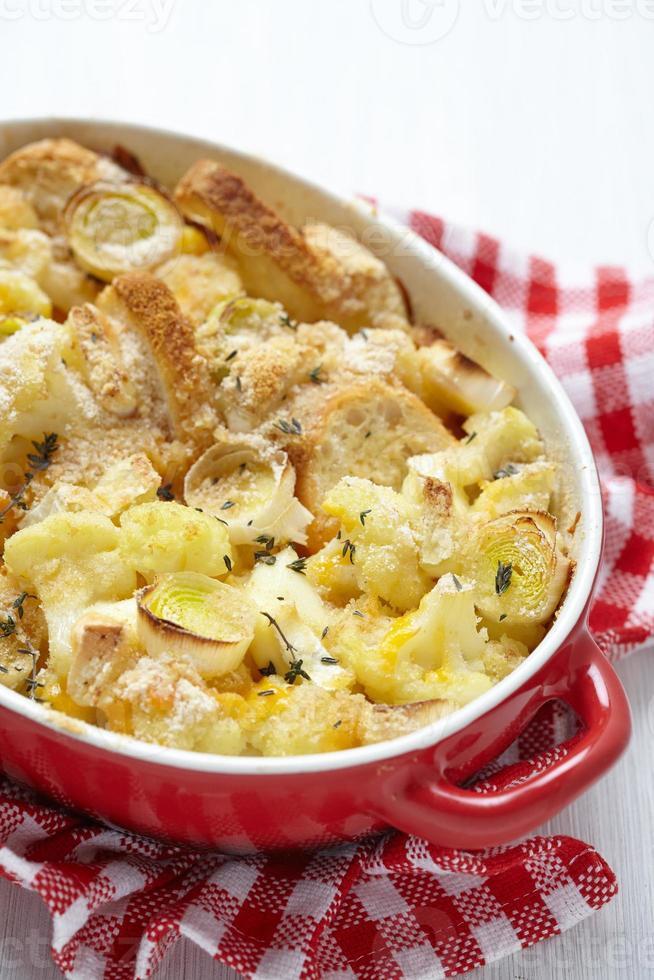 cazuela con coliflor, puerro, pan y queso foto
