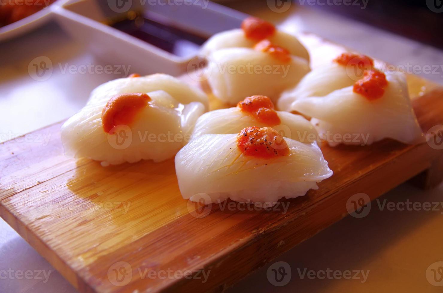 comida japonesa - sushi de calamar foto