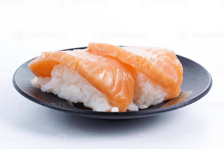 sushi de salmón en el plato foto