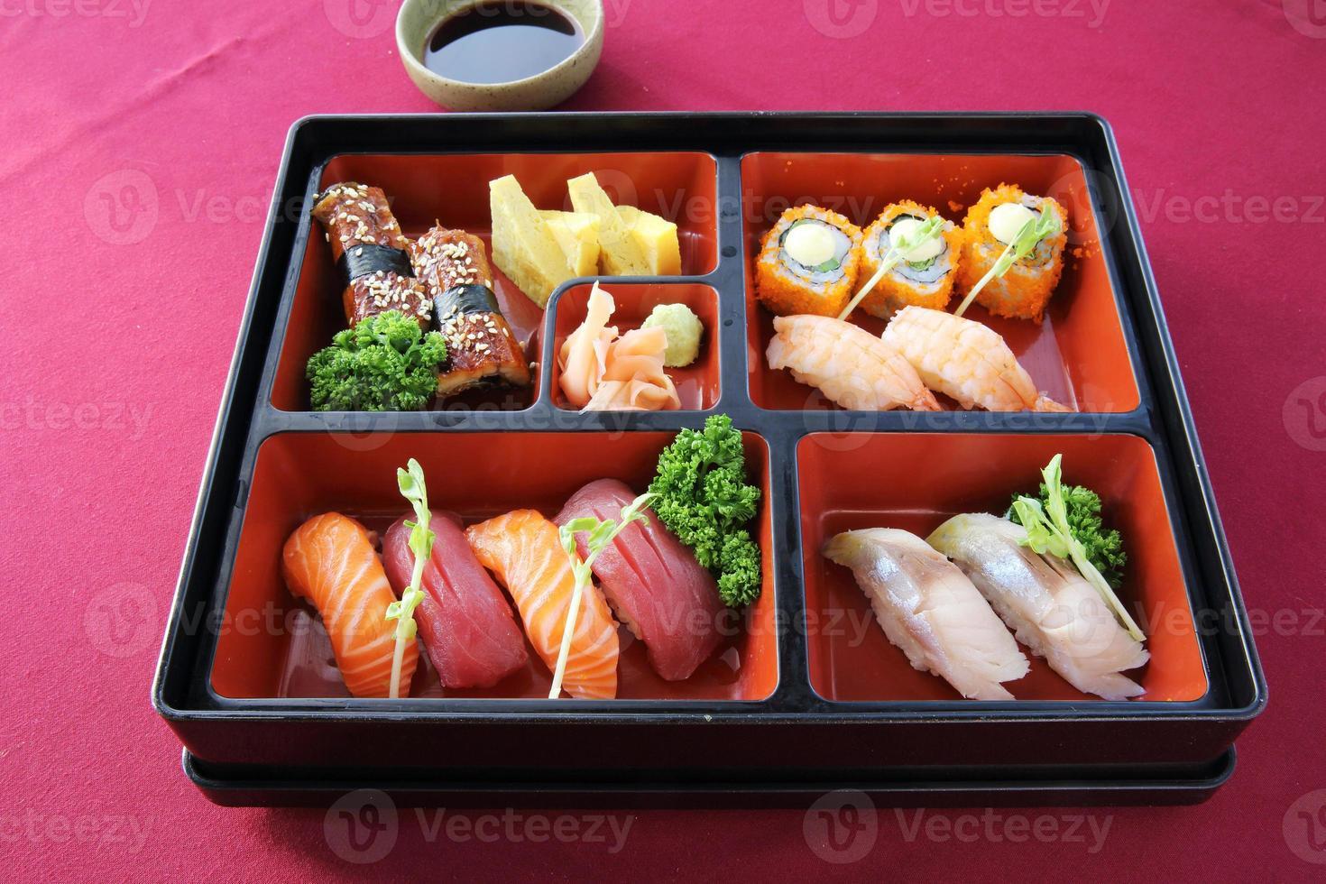 sushi bento japonés y soba foto